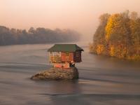 Домик на реке Дрина в Сербии
