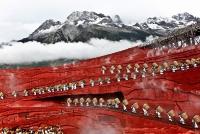 Представление на фоне горного массива Юйлунсюэшань, провинция Юньнань, Китай