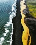 Зелёные поля, жёлтая река, чёрный песок и синее море. Исландия